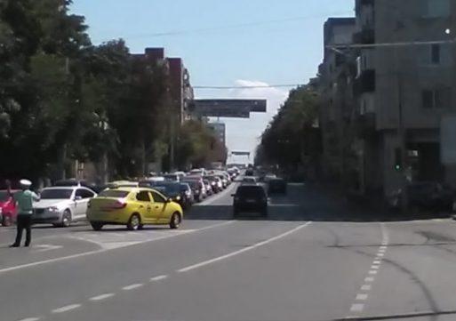 Haos în centrul orașului după închiderea Independenței. Șoferii se strecoară când și pe unde pot