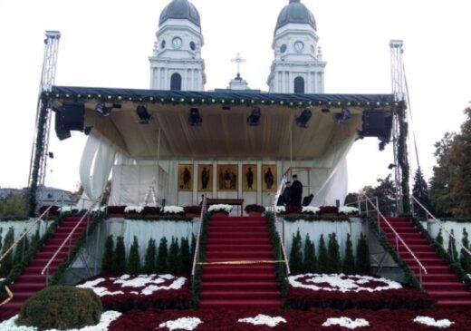 Zeci de ierarhi vor celebra azi hramul Sfintei Parascheva. Slujba începe la 9:30